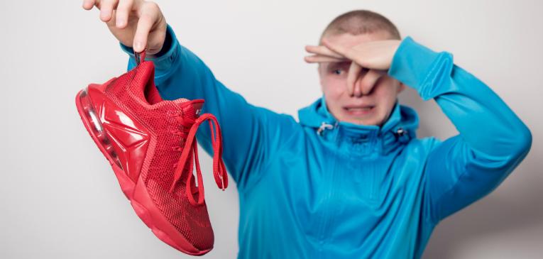 Como limpar o tênis para evitar o mau cheiro